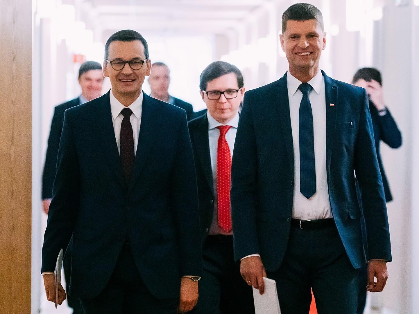 Na pierwszym planie premier Mateusz Morawiecki (z lewej) i minister edukacji Dariusz Piontkowski, konferencja prasowa na temat znoszenia ograniczeń związanych z COVID-19. Warszawa, 13 maja 2020 r.