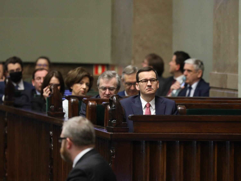 Premier Mateusz Morawiecki (w środku) podczas posiedzenia Sejmu