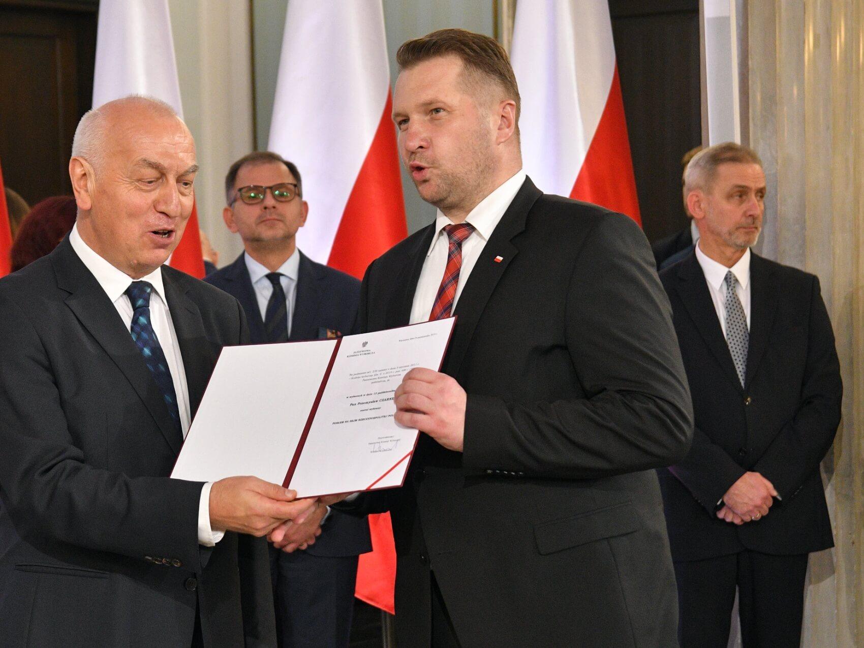 Przemysław Czarnek odbiera w zaświadczenie o wyborze na posła IX kadencji