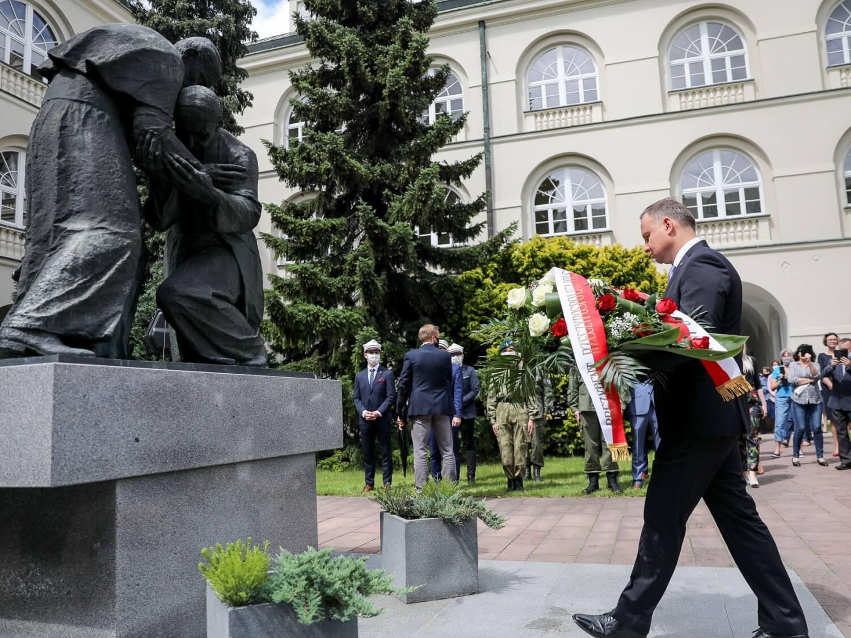 Prezydent Andrzej Duda składa wieniec przed pomnikiem Jana Pawła II i kard. Stefana Wyszyńskiego. Katolicki Uniwersytet Lubelski, 15 czerwca 2020 r.