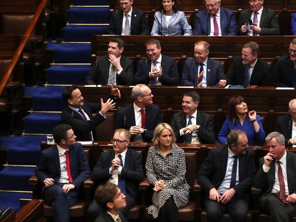 Politycy podczas pierwszego posiedzenia 33. kadencji Dáil Éireann (niższej izby parlamentu w Irlandii) 20 lutego 2020 r.