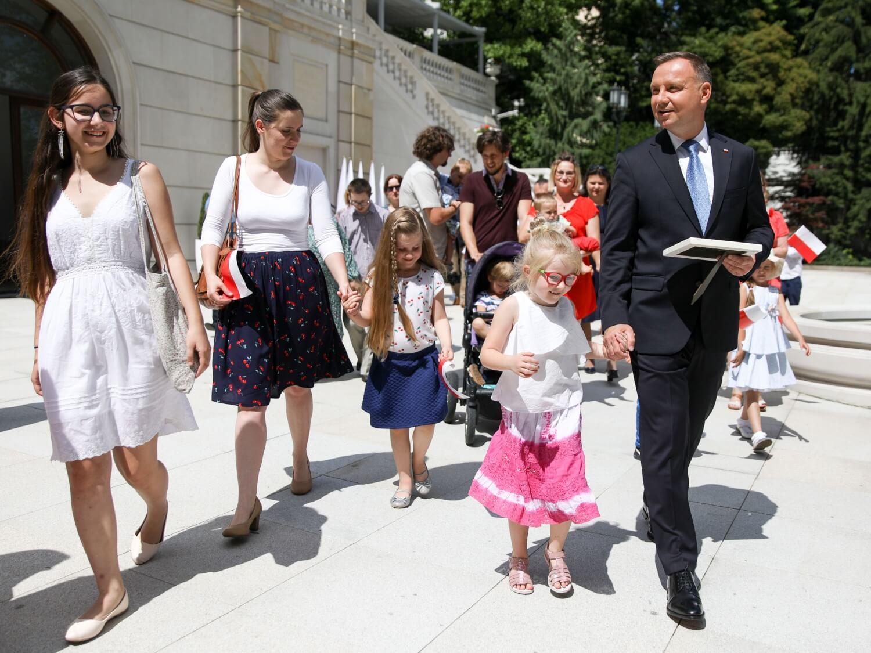 Prezydent Andrzej Duda podpisuje projekt zmiany konstytucji