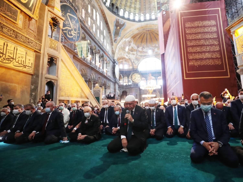 Prezydent Turcji Recep Tayyip Erdoğan podczas piątkowej modlitwy w Hagii Sofii 24 lipca 2020 r.