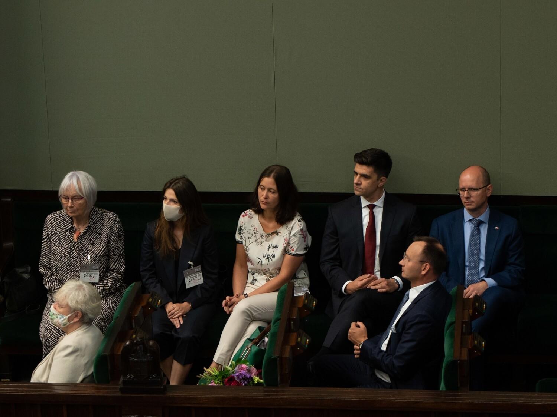 Rzecznik praw dziecka Mikołaj Pawlak i członkowie nowo powstałej państwowej komisja ds. pedofilii w Sejmie