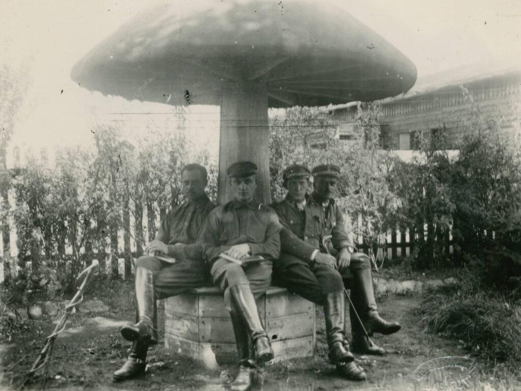 Dowódca III batalionu 5. Pułku Piechoty Legionów kpt. Bolesław Krzyżanowski z oficerami, sierpień 1919
