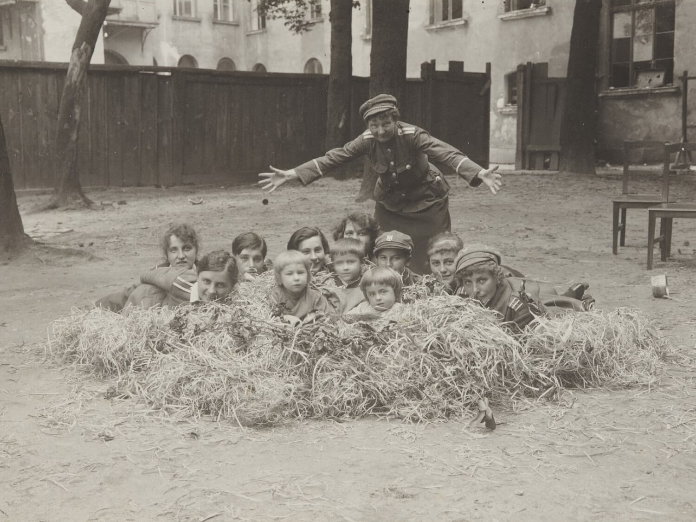 Na podwórzu koszar przy ul. Kamiennej, 1919–1920