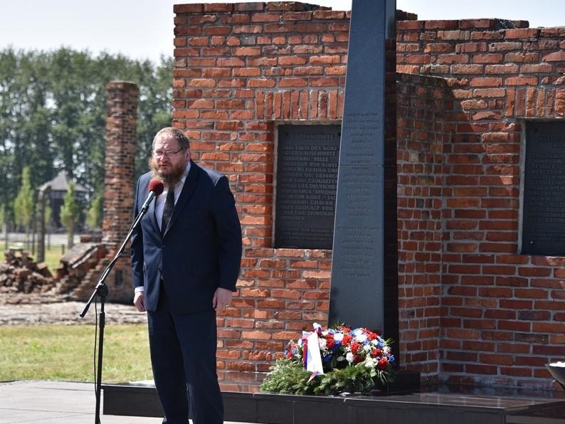 Dyrektor Muzeum Auschwitz: Romowie i Sinti wciąż są zamykani w gettach