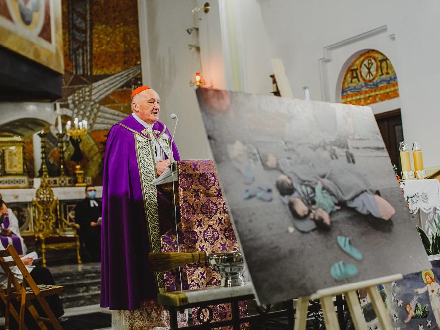 Kard. Kazimierz Nycz podczas modlitwy za uchodźców