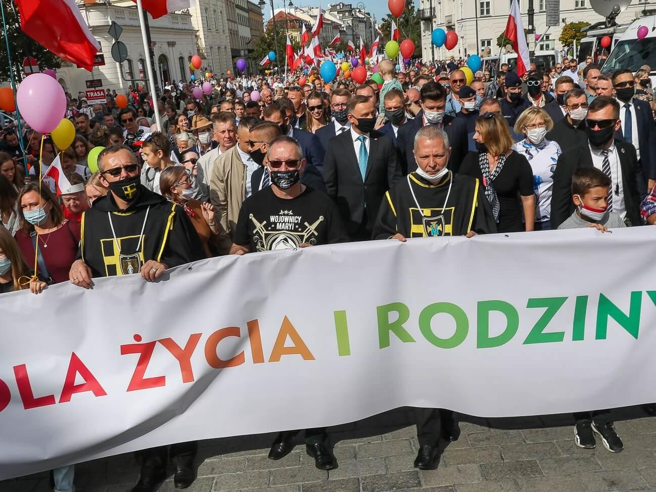 """""""Walczymy przeciw mocom ciemności"""". Marsz dla Życia i Rodziny odbył się w Warszawie. Dołączył prezydent"""