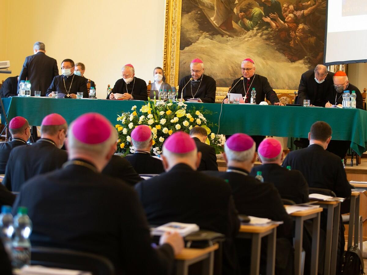 Rada Stała Episkopatu wzywa do dialogu i dziękuje za obronę kościołów