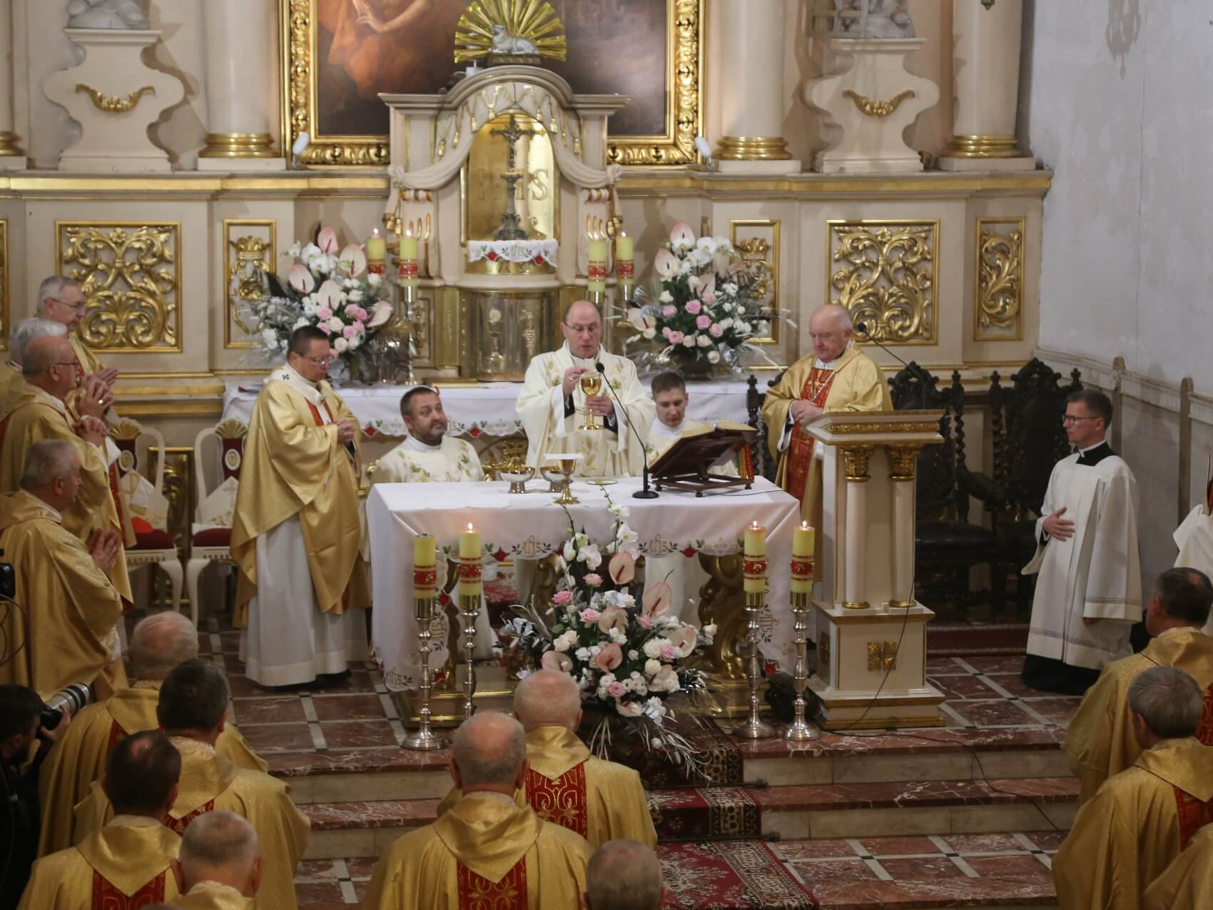 Biskupi podczas Mszy towarzyszącej obradom episkopatu w Pabianicach 6 października 2020