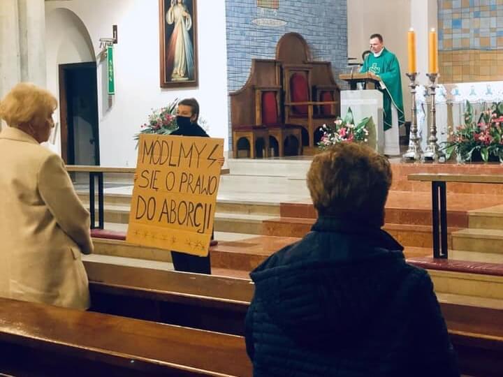 Po decyzji TK w sprawie aborcji protesty na ulicach, przed kuriami, w kościołach