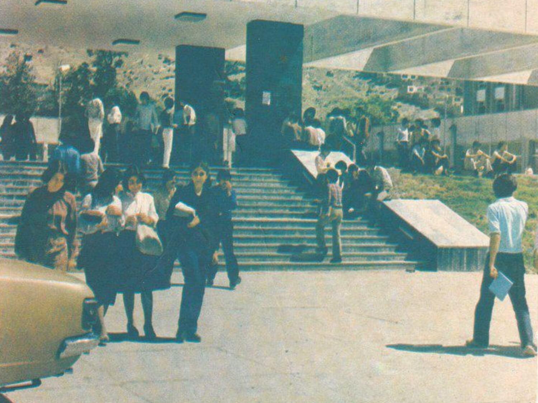 Wejście do szkoły medycznej w Kabulu przed wybuchem wojny w Afganistanie w 1978 r.